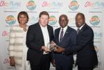 좌측부터 조이 지브릴루(Joy Jibrilu) 바하마 관광항공부 국장, 알렉산더 브리텔(Alexander Britell) Caribbean Journal 편집장, 휴 라일리(Hug