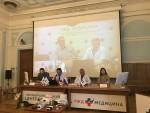모스크바 제1중앙병원 의료진(테이블 착석)들이 약 300km 거리의 야로슬라블(Yaroslavl) 병원 의료진(화면)들과 원격협진을 시연하고 있다