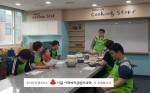 장애청소년들이 제과제빵 활동으로 초코머핀을 만들기 위해 준비하고 있다