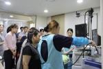 내시경기구 관리방법을 시연하고 있는 KMI 실무자와 이를 경청하고 있는 건보공단 건강검진 실무자들