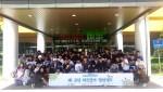 진부중학교 1학년 학생들이 지역 탐방 출발하기 전 국립평창청소년수련원에서 기념사진 촬영을 하고 있다