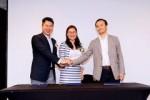 (왼쪽부터) 스마트업의 창립자 릭 우, 중국 헤핑 건설 그룹 대표 앤 찬이 스마트업과 중국 헤핑 건설 그룹의 전략적 제휴를 체결 후 악수를 나누고 있다