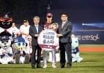 KBO 정운찬 총재(왼쪽) 및 기아차 국내프로모션팀 김중대 부장(오른쪽)과 함께 기념사진을 촬영 중인 김하성 선수