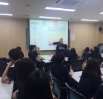 청소년 봉사활동 교육을 진행하고 있다