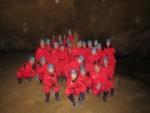 국립평창청소년수련원 에코캠프 참가자들이 백룡동굴에서 단체사진촬영을 하고 있다