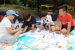 국립평창청소년수련원에서 실시한 청소년자기도전포상제 생태탐험활동 은장캠프에 참가한 청소년들이 자연탐사활동을 마치고 난 후 야영장에서 생태계지도를 만들고 있다