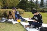 제1회 평화 백일장·사생대회에 참가한 청소년들이 국립평창청소년수련원 푸름이 동산에서 풍경화를 그리고 있다