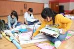 제3회 평화 백일장·사생대회 참가자한 중학생들이 국립평창청소년수련원 체육관에서 풍경화를 그리고 있다
