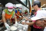 지멘스 더 나눔 봉사단이 서울노인복지센터에서 배식 봉사활동을 벌이고 있다