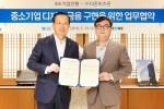 더존비즈온이 IBK기업은행과 사업제휴 양해각서(MOU)를 체결한 가운데 더존비즈온 김용우 대표(사진 오른쪽)와 IBK기업은행 김도진 은행장이 양해각서를 교환하고 있다