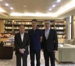 ObEN의 공동 창립자이자 최고운영책임자인 Adam Zheng Adam Zheng(가운데), 리포 그룹 회장 Mochtar Riady(왼쪽), 중국 리포 경영팀의 CEO Willi