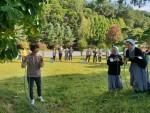 충북 음성의 꽃동네사랑연수원에서 찾아가는 청소년지도자 전문연수 숲밧줄놀이 과정에 참여한 연수생들이 밧줄 매듭법을 배우고 있다