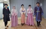 한지로 만든 의상을 입은 한국시니어스타협회 소속 모델들이 포즈를 취하고 있다