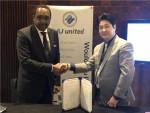 ALKIAS의 CEO Bocar A. BA(좌)와 AJ유나이티드 대표 겸임, 디글로벌홀딩스 부사장 안승혁(우)이 업무협약 체결 후 악수를 하고 있다