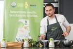 샘표 스페인지사의 아드리아 바루텔리 가스파 셰프가 연두를 활용한 현지 요리를 선보이고 있다