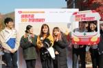 연세대에서 진행된 잼잼 헌혈 캠페인에 참여한 학생들이 헌혈 후 기념사진을 촬영하고 있다