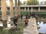 환경실천연합회 수질보호활동에 참가한 자원봉사자들이 하천변 정화활동을 진행하고 있다