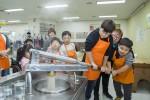 暁星(会長:趙顕俊[チョ・ヒョンジュン])の役職員の家族が10月13日に障害児童を持つ家族に同伴して1泊 2日の旅行に参加した。暁星とプルメ財団が共に行う障害児・青少年リハビリテーションプログラムの一