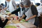 스위스재보험 임직원들과 쿠키, 생크림 케이크를 만들며 봉사의 의미를 나누고 있다