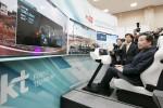 이낙연 국무총리가 자율주행 원격관제 시스템 5G 리모트콕핏을 시연하고 있다