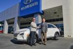 사진 왼쪽부터, 넥쏘의 미국 첫 고객인 토드 호크라드 씨와 이용우 현대차 북미권역본부장