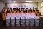 서울시립북부장애인종합복지관 설맞이 행복 나눔에 참여한 봉사자들이 기념 촬영을 하고 있다