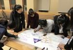 2018년 리더십캠프 참가 청소년들이 조별로 주어진 문제해결을 위해 전지에 뗏목 만들기 작업을 하고 있다