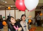 국립중앙청소년수련원 겨울방학 푸른별 우주과학캠프 참가 청소년이 헬륨 가스를 이용한 움직이는 비행선 만들기 프로그램을 하고 있다