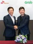 (왼쪽부터)SK텔레콤 박정호 사장과 그랩의 앤서니 탄 CEO가 맵&내비게이션 관련 사업 추진을 위한 JV 그랩 지오 홀딩스 설립 협약을 체결했다