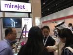 JSK 바이오메드 전진우 대표가 아랍헬스에 참여하여 자사 제품(미라젯)에 대해 설명하고 있다