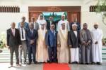 코모로 대통령이 아랍에미리트 대표단과 기념촬영을 하고 있다