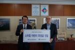 부산신항만주식회사 김영민 대표이사(우측)가 한국백혈병어린이재단 서선원 사무처장(좌측)에게 기금을 전달하고 있다