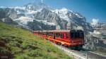스위스 융프라우 구간을 달리고 있는 열차
