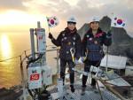 KT직원들이 제100주년 3.1절 중앙기념식 5G 실시간 생중계 시연을 위해 독도에 구축된 5G 네트워크를 점검하고 있다