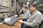 KT 직원들이 기존 UTP 케이블을 통해 5기가 UTP 상용 장비의 인터넷 속도품질을 검증하고 있다
