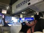 운전자가 드라이빙 플러스 프로그램으로 가상현실 속 운전 체험을 하고 있다