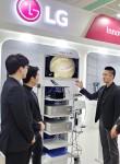 국제의료기기 및 병원설비 전시회 KIMES 2019를 찾은 관람객들이 LG전자 수술용 모니터를 살펴보고 있다