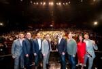 (왼쪽에서 두 번째)페이튼 리드 영화 감독, (왼쪽에서 네번째)폴 러드 영화 배우, (오른쪽에서 네번째) 케빈 파이기 마블 스튜디오 사장이 앤트맨과 와스프 나노:배틀! 오프닝 세리모니에 참석한 참석자들과 함께 기념 사진을 찍고 있다