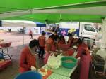 청주시자원봉사센터 밥차 봉사자들이 아침 배식을 위해 준비하고 있다
