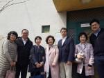 목포 공생원을 방문한 구리하라 히로카즈 일본항공 지점장(우측 세 번째) 및 임직원과 정애라 공생원 원장(좌측 네 번째)이 JAL하우스 앞에서 기념촬영을 하고 있다