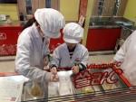 키자니아를 찾은 어린이들이 연구소에서 직접 비타민을 만들고 있다