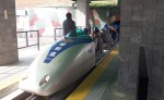 DMZ땅굴안보관광에 참여한 관광객들이 관광해설사의 설명을 듣고 있다