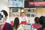 테팔 본사 쿠킹 스튜디오에서 김현학 푸드디렉터가 테팔 고메 인덕션 냄비와 테팔 초고속 블렌더 울트라블렌드를 이용한 테팔 건강한 식탁 차리기 쿠킹클래스를 진행하고 있다
