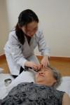 침술 시술을 받고있는 치유프로그램 참가자