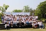 소아암 완치 기원 연날리기에 참가한 어린이와 가족들이 단체사진을 촬영하고 있다