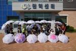 GREAT 홍천 팸투어 참가자들이 무궁화마을에서 무궁화 우산만들기와 짚풀공예를 마치고 단체사진을 찍고 있다