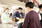 이성기 총장이 학생 식당에서 배식을 하고 있다