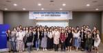 2019년 여성과학기술인 R&D 경력복귀 지원사업 신규 선정자 사업운영설명회에서 참여자들이 단체 기념사진을 찍고 있다