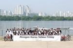 알보젠코리아 임직원들이 자전거 타기 행사에 참여해 기념촬영을 하고 있다