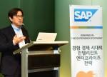 SAP 코리아 이성열 대표가 간담회에서 경험 경제 시대의 인텔리전트 엔터프라이즈를 발표하고 있다